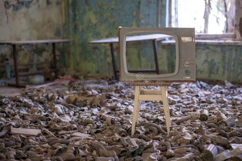 Caretas antig?s en el piso en la escuela secundaria en Pripyat, zona de exclusi?n de Chern?bil Cat?strofe nuclear fotos de archivo libres de regalías