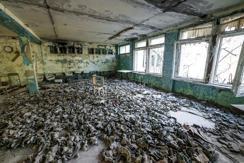 Caretas antig?s en el piso en la escuela secundaria en Pripyat, zona de exclusi?n de Chern?bil Cat?strofe nuclear imagen de archivo