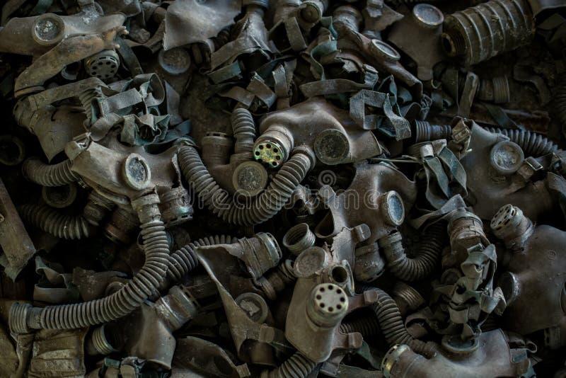 Caretas antigás en el piso en la escuela secundaria en Pripyat, zona de exclusión de Chernóbil Catástrofe nuclear imagenes de archivo