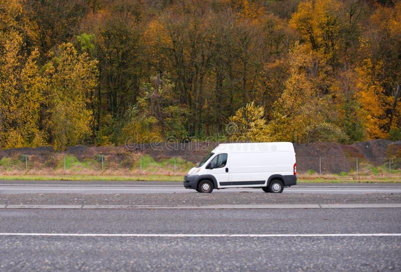 Carga comercial e camionete da empresa de pequeno porte mini que vai na estrada w fotografia de stock royalty free