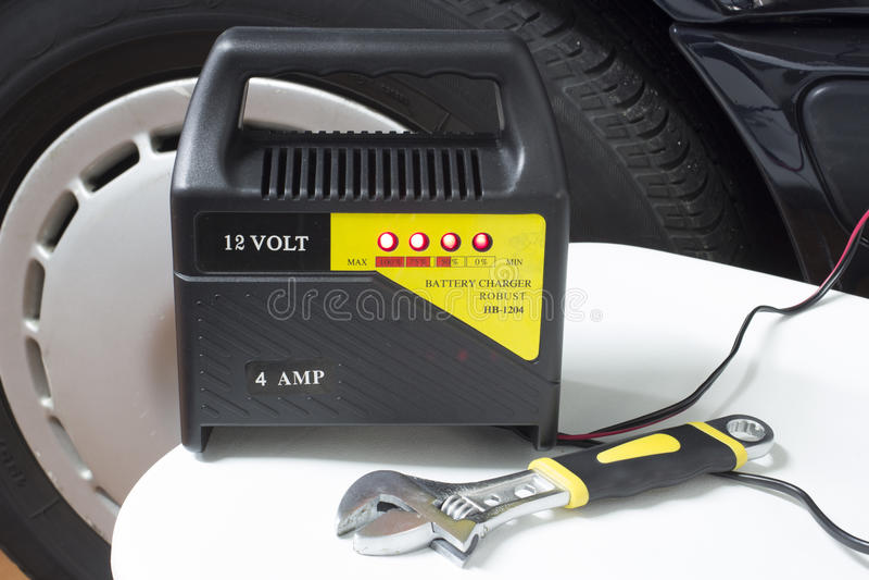 Carga de batería de coche fotos de archivo libres de regalías