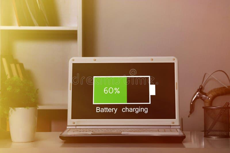 Carga de batería del ordenador portátil imágenes de archivo libres de regalías