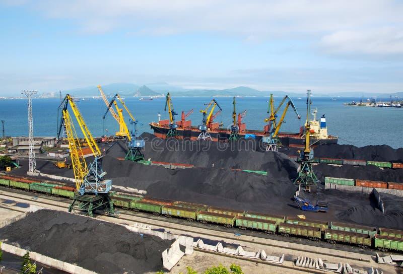 Carga de carvão em uma embarcação imagens de stock royalty free
