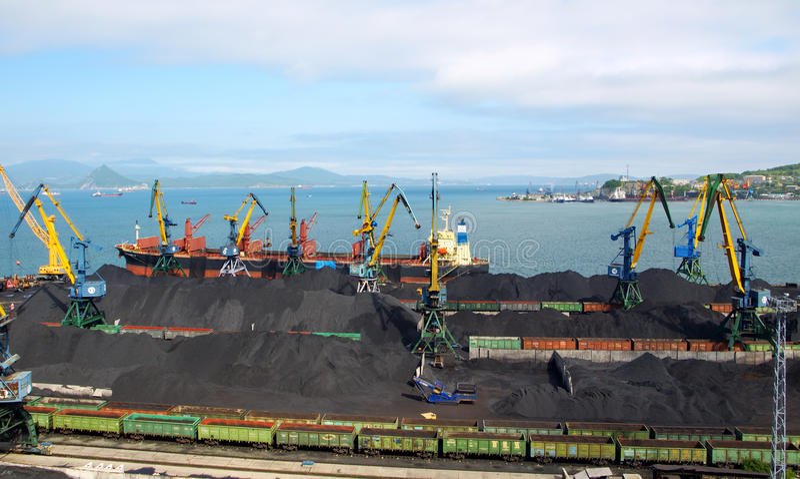 Carga de carvão em uma embarcação imagem de stock royalty free