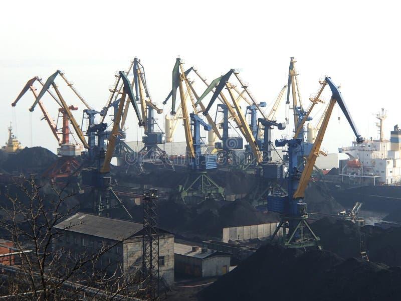 Carga de carvão na embarcação por guindastes de doca imagem de stock