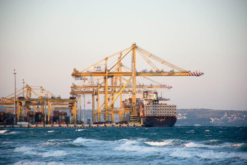 Carga de los buques de carga imagen de archivo libre de regalías