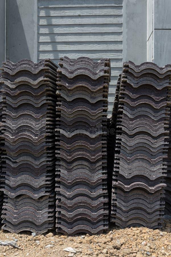 Carga de telhas de telhado em um canteiro de obras home residencial fotos de stock royalty free