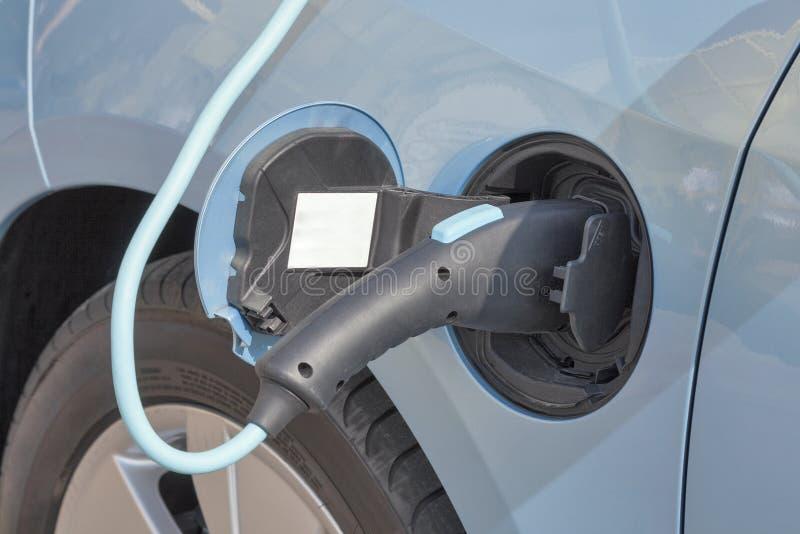 Carga de un coche eléctrico imagen de archivo libre de regalías