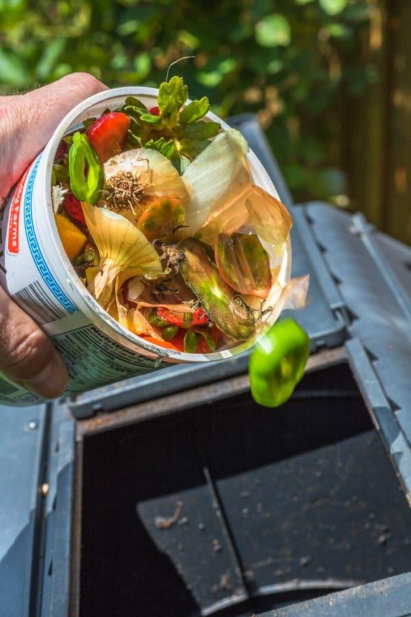 Carga de un vaso del estiércol vegetal fotografía de archivo libre de regalías