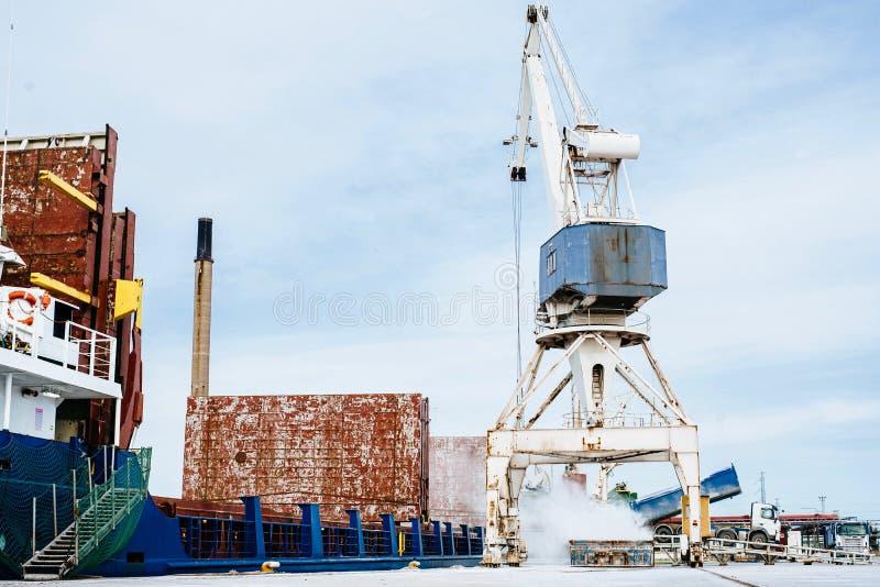 Carga de volume de carregamento no navio de carga Guindaste velho Termonal da carga de maioria Copie o espa?o Navio de carga gera imagens de stock royalty free
