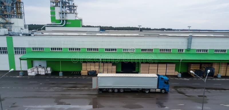 Carga del camión en la fábrica carga Almacén industrial foto de archivo libre de regalías