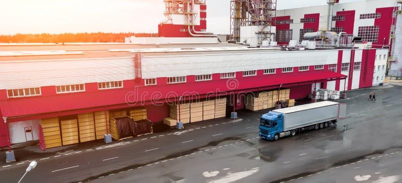 Carga del camión en la fábrica imágenes de archivo libres de regalías