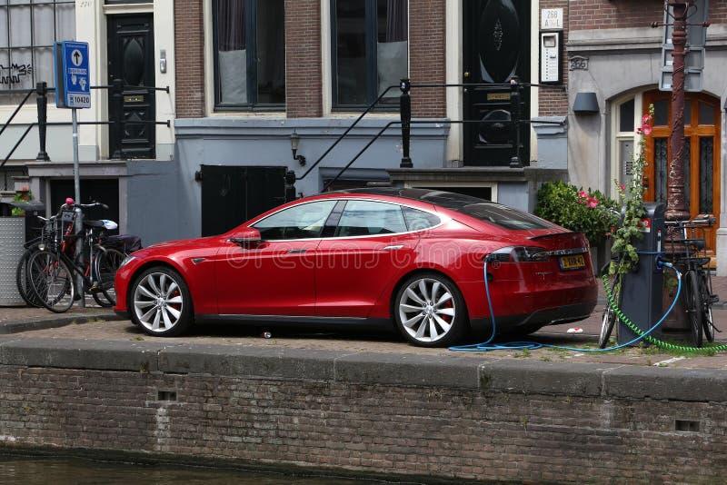 Carga del coche de Tesla fotografía de archivo