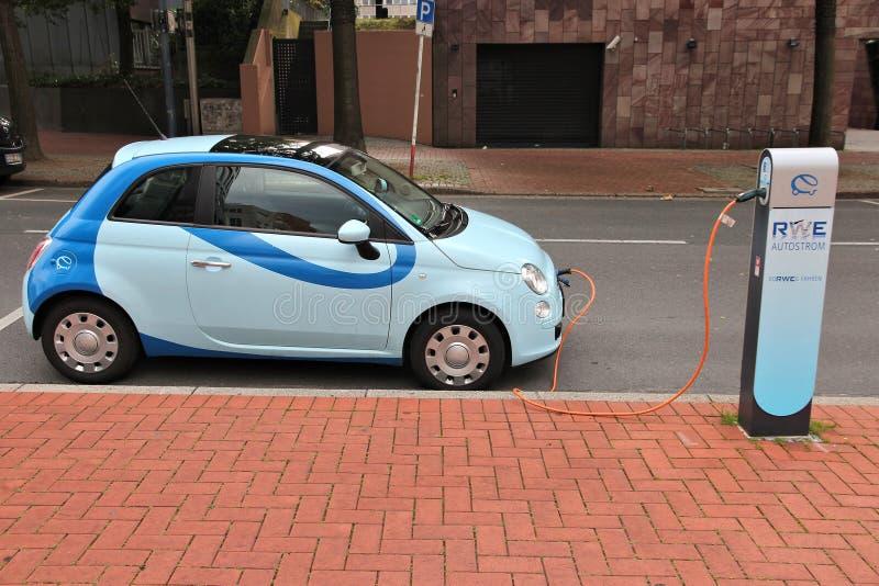 Carga del coche eléctrico imagenes de archivo