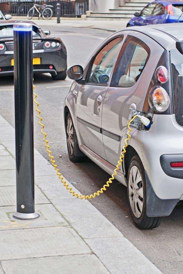 Carga del coche eléctrico fotos de archivo