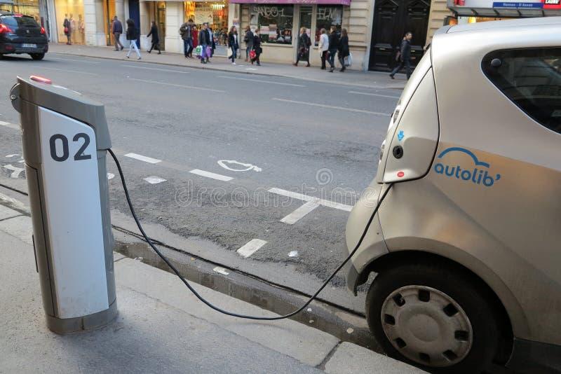 Carga del coche eléctrico de Autolib fotografía de archivo