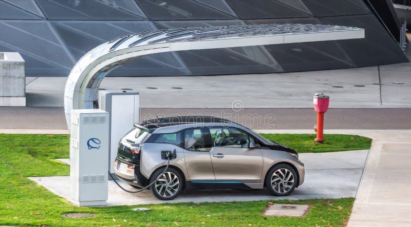 Carga del vehículo eléctrico (BMW i3) imagen de archivo