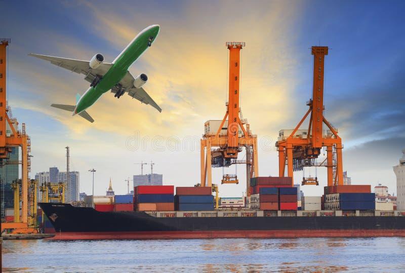 Carga do navio de recipiente no porto e avião de carga que voa acima para a indústria da água e do transporte aéreo fotos de stock