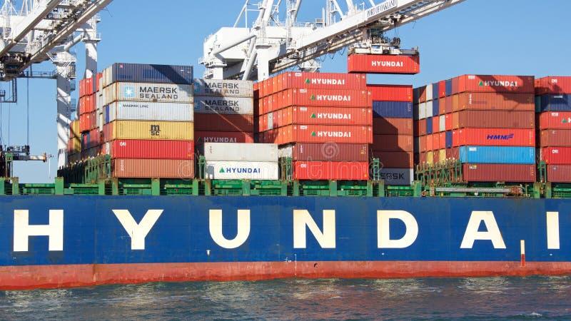 Carga do TÓQUIO de HYUNDAI do navio de carga no porto de Oakland foto de stock