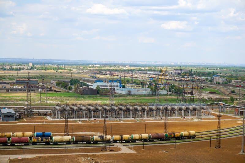 Carga dos tanques da estrada de ferro com produtos petrolíferos leves para a importação imagens de stock royalty free