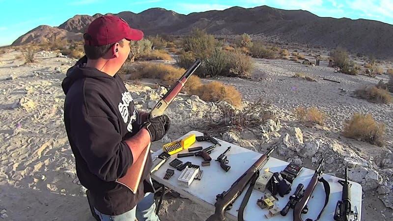 Carga e acendimento ocidentais velhos americanos do rifle da ação da alavanca filme