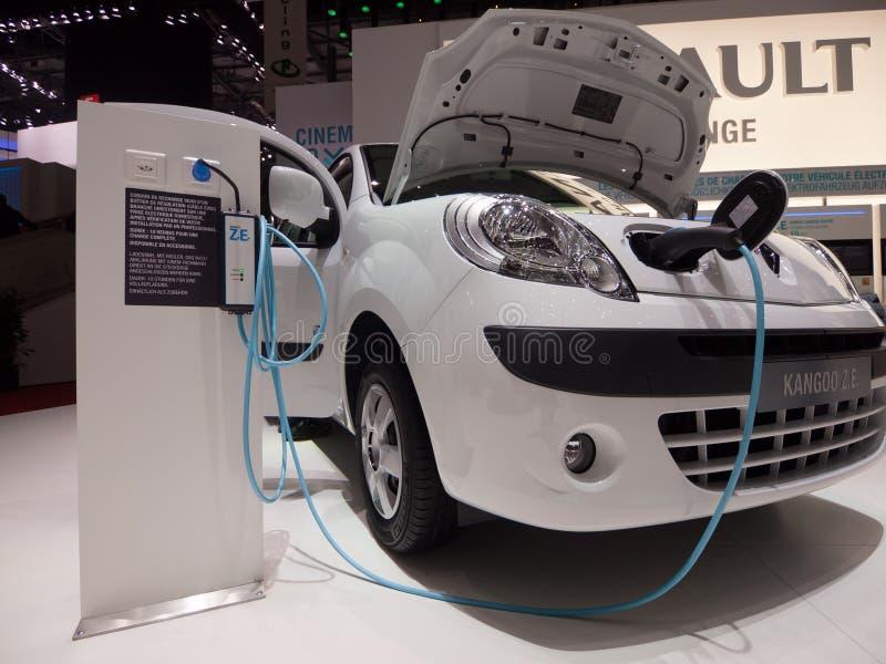 Carga eléctrica de Renault Kangoo imagen de archivo