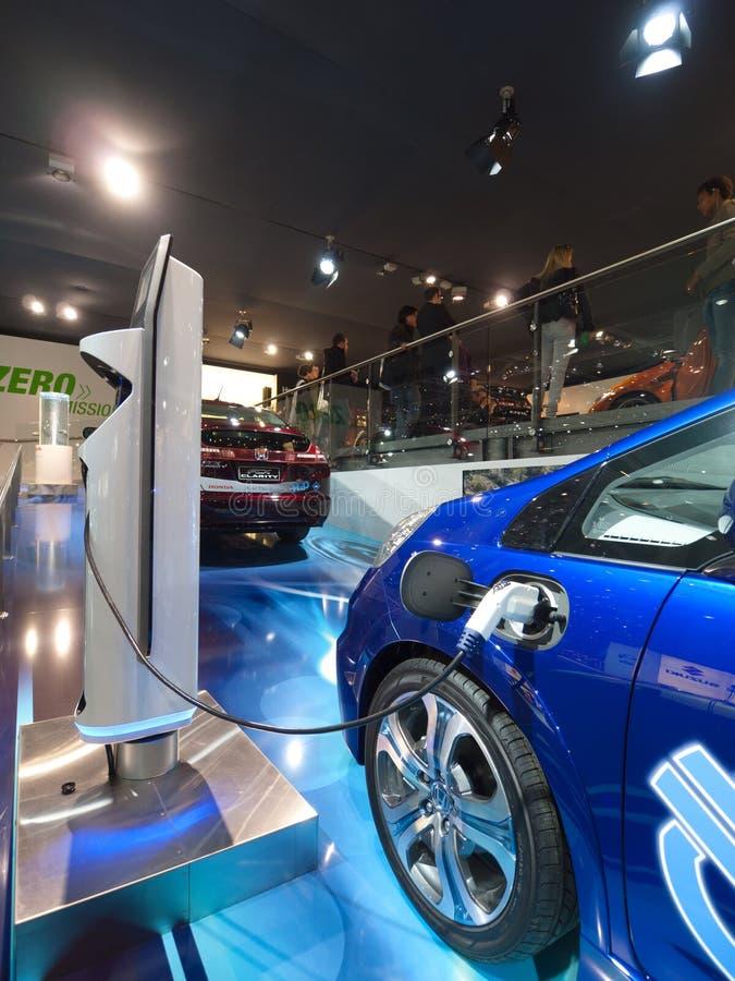Carga futurista del coche eléctrico fotos de archivo