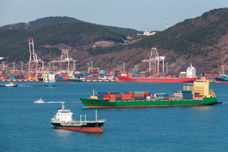 A carga industrial navio está na baía de Busan imagens de stock royalty free