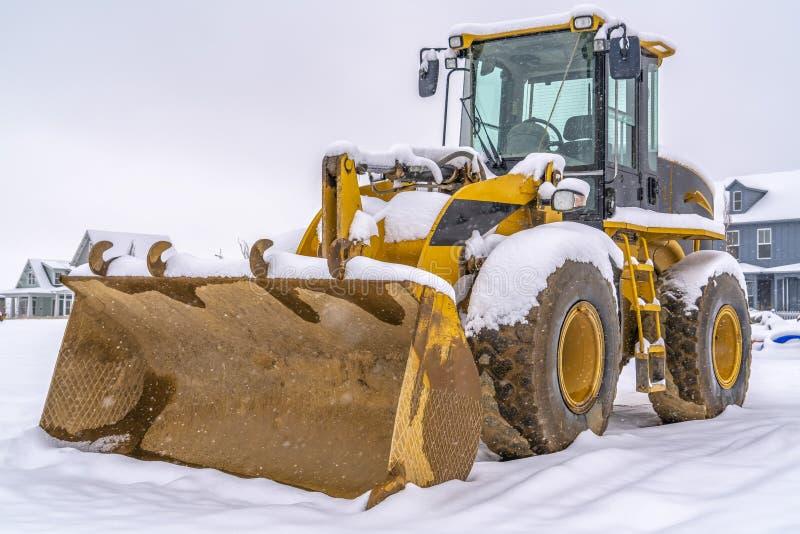 Cargador contra nieve y hogares en la alba Utah imagen de archivo libre de regalías