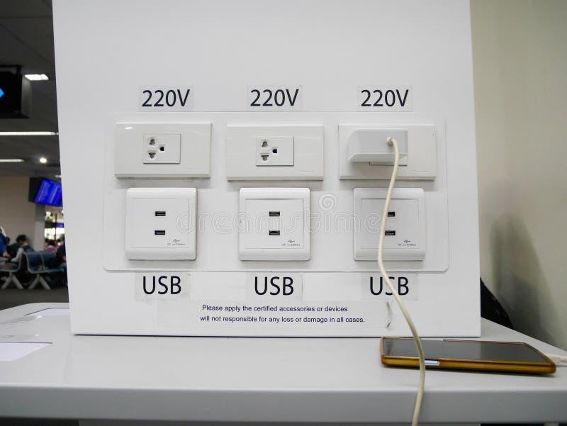 Cargador eléctrico de la carga y del teléfono para los pasajeros del servicio fotos de archivo libres de regalías