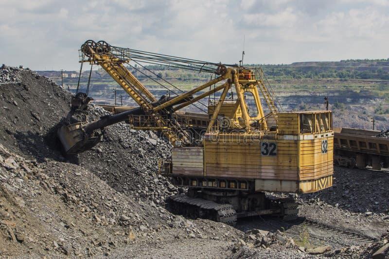 Cargador grande de la retroexcavadora en la mina en Ucrania fotografía de archivo