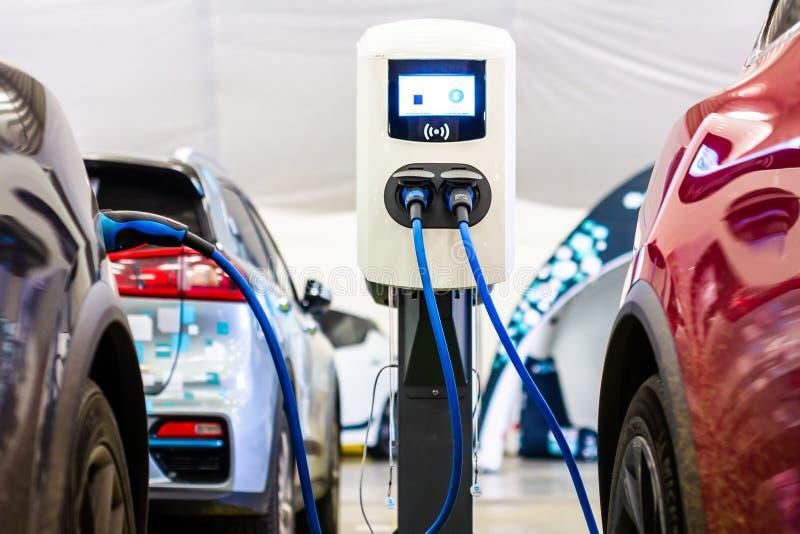 Cargador rápido eléctrico moderno para automóviles PHEV eléctricos o híbridos Futura energía energética Cargador ecológico Limpia foto de archivo libre de regalías