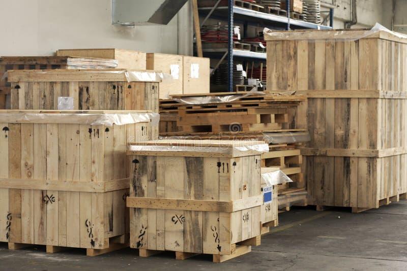 Cargaison dans de grands cadres en bois photos stock