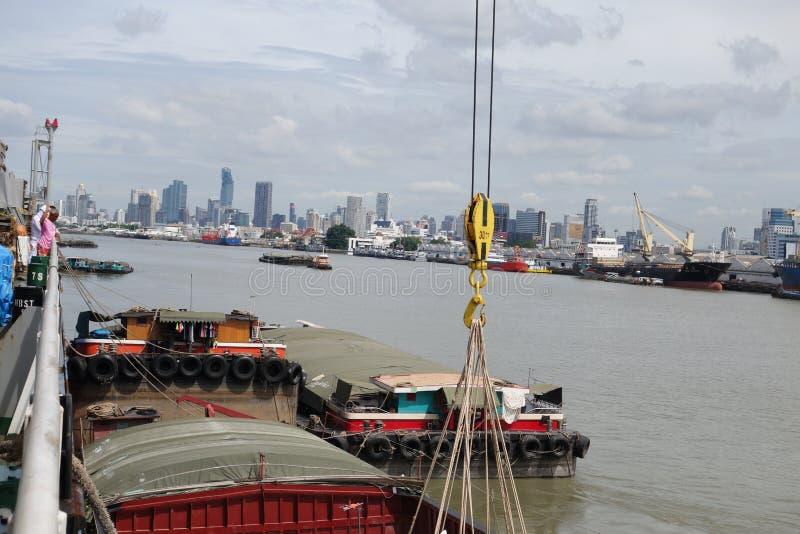 Cargaison de chargement au port de Klong Toie de la Thaïlande images stock