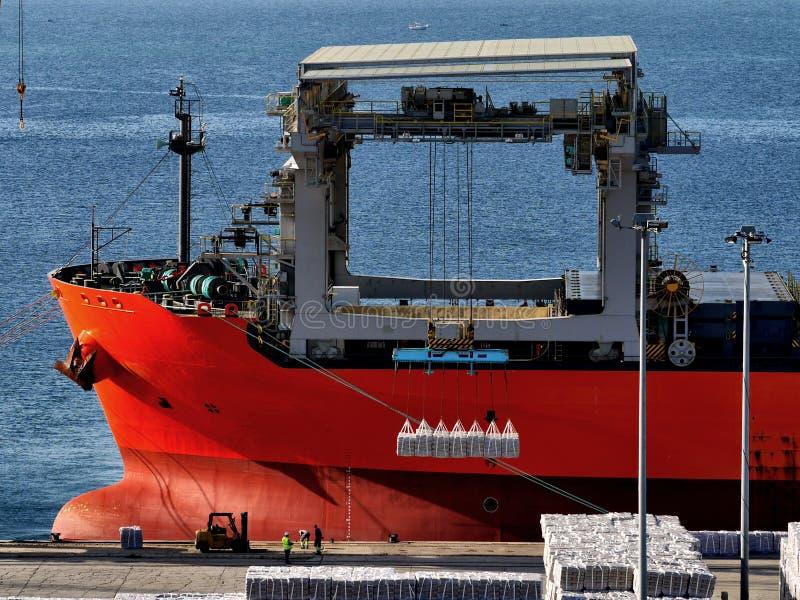 Cargaison de chargement de navire de charge en vrac photos libres de droits
