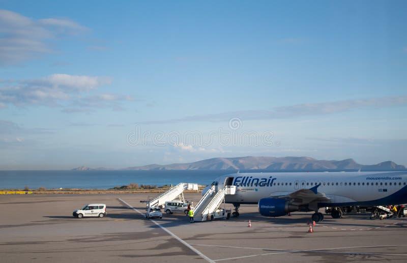 Cargaison de chargement plate d'Ellinair à Héraklion Crète préparant pour partir images stock