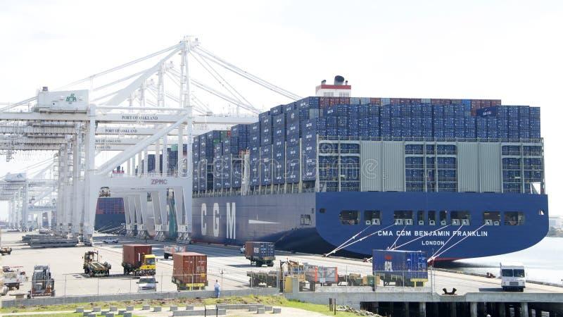 Cargamento de CMA CMG BENJAMIN FRANKLIN en el puerto de Oakland imagen de archivo