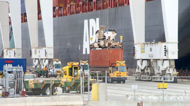 Cargamento de la SABANA del APL del buque de carga en el puerto de Oakland foto de archivo