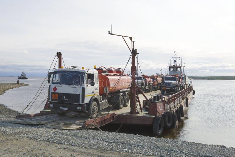 Cargamento de los petroleros del combustible en un transbordador a través del río Obi fotografía de archivo