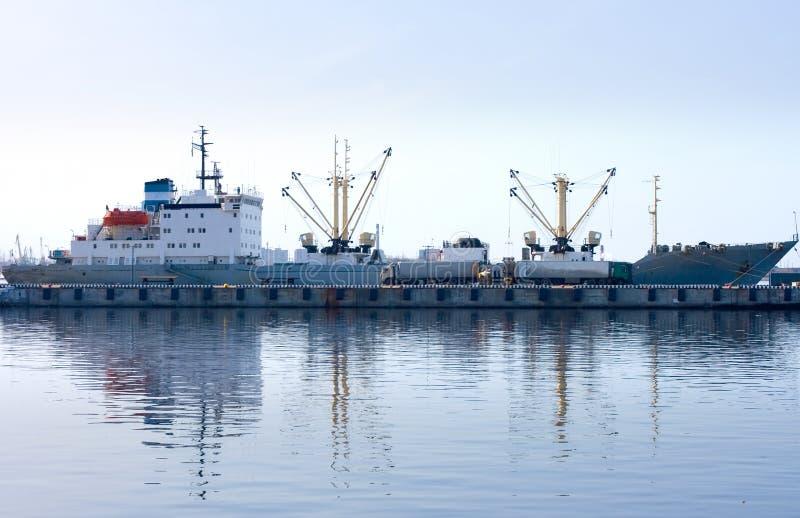 Cargamento del buque de carga en acceso imagen de archivo