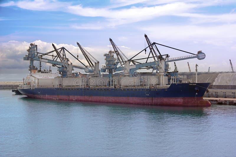 Cargamento del buque de carga en carbón fotografía de archivo libre de regalías