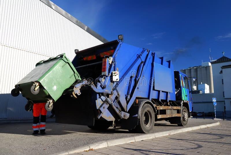 Cargamento del coche del transporte de la basura fotografía de archivo libre de regalías