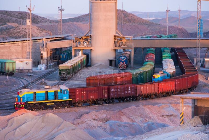 Cargando y descargando la estación para los trenes de carga en la planta del cemento imágenes de archivo libres de regalías