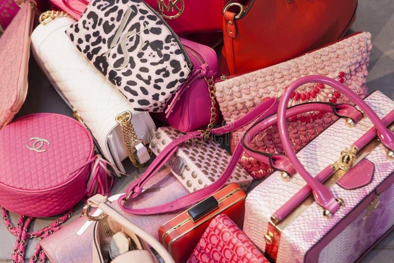 Cargas de bolsas luxuosas da mulher imagens de stock