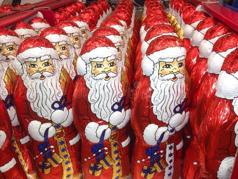 Cargas de las estatuillas del chocolate de Santa Claus fotografía de archivo libre de regalías