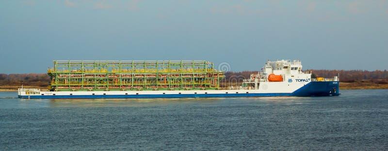 """Cargo """"topaze """", construite en Roumanie, voiles sur la Volga près de la ville de Balakhna en Russie images stock"""