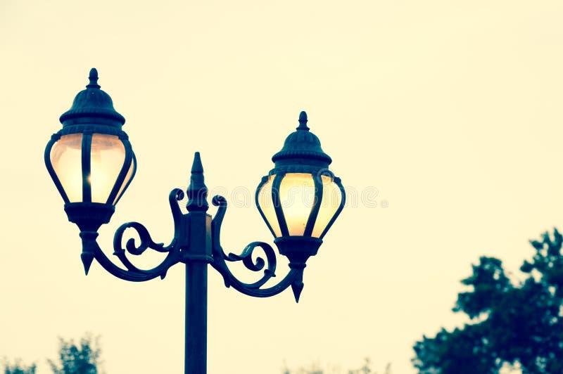 Cargo bonito da lâmpada do estilo da antiguidade da rua do vintage foto de stock