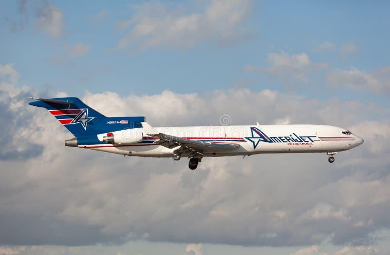 Cargo clásico de Boeing 727 por el aterrizaje de Amerijet en el aeropuerto internacional de Miami fotos de archivo