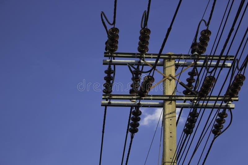 Cargo da eletricidade com o céu azul claro foto de stock royalty free