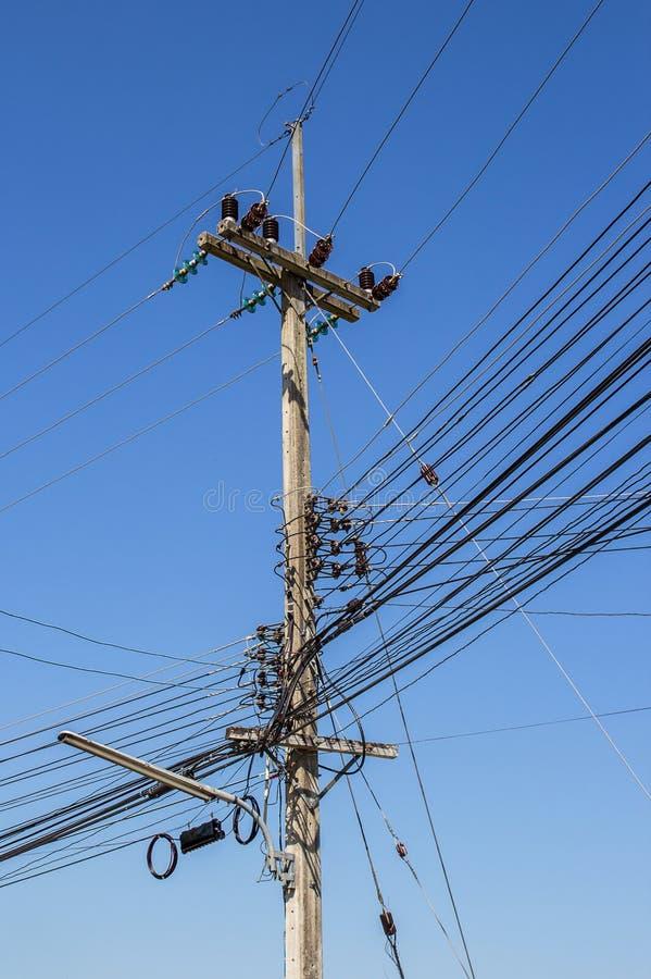 Cargo da eletricidade com o céu azul claro fotografia de stock
